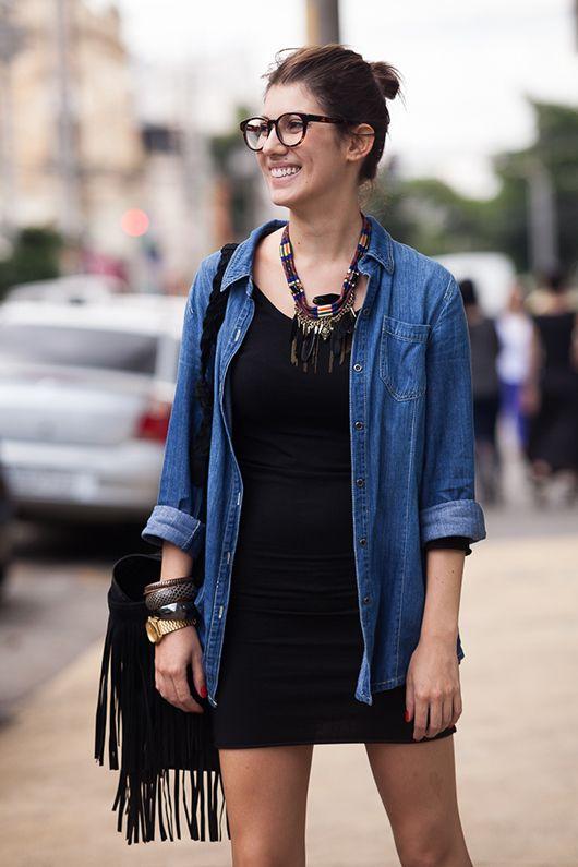 Street style São Paulo - all black + camisa jeans + franjas