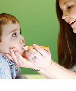 В статье описано поэтапно, как самостоятельно делать логопедический массаж для детей - массаж рук, языка, губ.