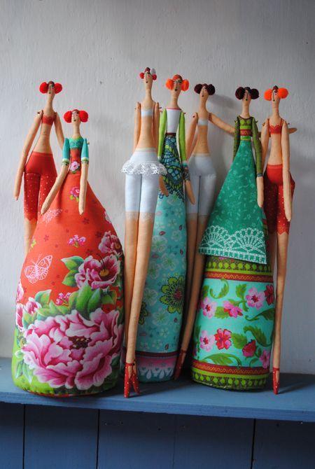 Long Tilda dolls, love the color of their dresses so vibrant MOOI!