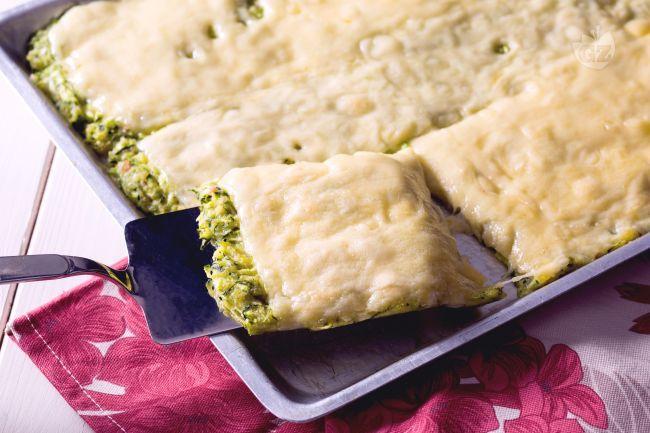 La schiacciata di zucchine è un antipasto vegetariano dall'aspetto rustico e dal gusto accattivante, facile e veloce da preparare.
