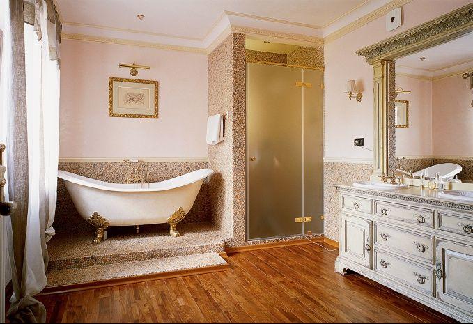 В оформлении пола ванной комнаты применена английская мозаичная плитка.