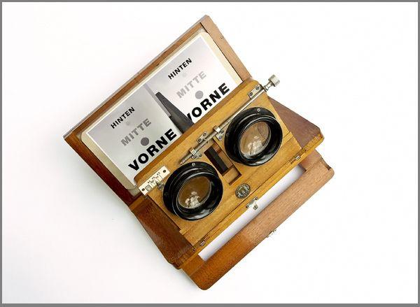 Stereoskop Ernemann, Dresden -  by Karl-Heinz Otto Der Ernemann-Universal-Stereo-Betrachter ist für alle Stereoformate  4,5 x 10,7 bis 9 x 18 cm gleich gut verwendbar. Er ist eng zusammenlegbar, hat einen mittels Schneckengetriebe veränderbaren Objektivachsen-Abstand von 6,5 bis 10,5 cm und einen ebenfalls veränderbaren Abstand von den Objektiven bis zur Bildebene von 11 bis 14 cm. Das Stereoskop ist zur Betrachtung sowohl von Diapositiven als auch von Papierbildern eingerichtet.