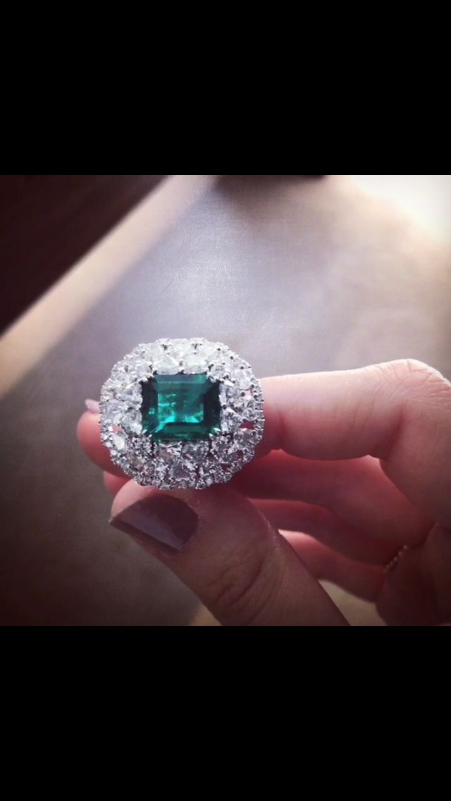 A beautiful emerald from Colombia of 5,02 karats surrounded by heart shaped diamonds for 4,63 karats !  Give us your opinion in the comments ~