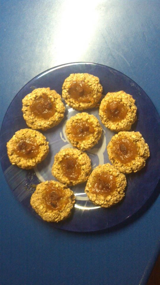 Kytičkový den - koláčky z ovesných vloček. Drcené ovesné vločky smícháme s rozmixovaným banánem, vytvarujeme koláčky s důlkem, do kterého dáme povidla nebo ovoce a pečeme 10 minut