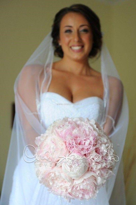 Bouquet di peonie rosa delicato e profumato scandisce note d'amore.
