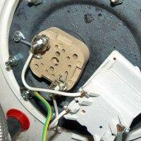 Un chauffe-eau qui ne chauffe pas Si votre chauffe-eau à accumulation (cumulus) ne fournit plus d'eau chaude, ou très lentement, commencez par vérifier le thermostat et remplacez-le s'il est défaillant. Pensez également à vidanger l'appareil pour vérifier la résistance. En effet, les dépôts de tartre empêchent la résistance de chauffer correctement le contenu du ballon.