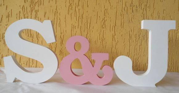 """Letras Decorativas com &.  Letras decorativas e personalizadas para qualquer ambiente.   Confeccionadas em MDF de 18mm e pintadas a mão com tinta PVA e finalizado com verniz fosco. Altura letra: 20cm - Altura &: 15cm  Podem ser colocadas em cima de um móvel, prateleira e também podem ser fixadas à parede. Decore a mesa de aniversário, batizado, casamento, bodas e afins.  Fazemos em outros tamanhos, espessuras e cores.  O PREÇO DE R$101,75,00 É PARA 2 INICIAIS E 1 """"&"""".  Consulte-nos. R$…"""