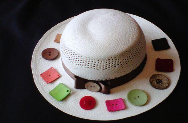 Sombrero de mujer tagua: Confeccionado 100% de paja toquilla y a mano. Es un sombrero de alta calidad, en tejido brisa de grado 4. Tiene tres partes: plantilla, copa y falda. El cintillo puede ser en colores café, negro, verde, rosado, rojo, beige, azul, combinado con piezas de Tagua. Se confeccionan e las tallas: S, M, L y XL. Peso neto del producto (unidad): Unidad 60 gr.  Empaque: Caja de cartón