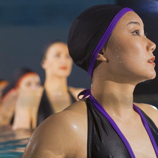 Le Romy ; www.cardo.fr  #CARDOParis @lasvegaswaterbeauties  Photo par Pierre-Anthony Allard  Maillots de bain, bonnets de bain, serviettes et accessoires élégants pour nageurs et nageuses.