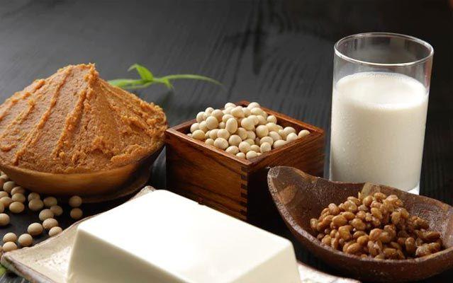 8 alimentos que sobem os níveis de colesterol  Tudo o que você come afeta o seu nível de colesterol no sangue. Como todo mundo você sabe que você não tem que extraporlar no consumo de manteiga e carnes com muita gordura. No entanto preste atenção a esta lista de alimentos que você deve restringir porque ajudam a aumentar o colesterol LDL.  TRATE DE EVITAR  Presunto de Peru: por mais que venha embalada com a legenda de 85% magro uma porção de 85 gramas de peru contém 12  e gramas de gordura…
