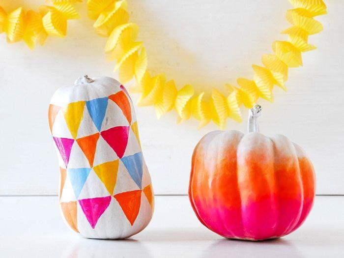 Kürbisse müssen immer Orange sein? Weit gefehlt! Sibylle von Funkytime zeigt, dass ihnen auch ein angesagter Farbverlauf wirklich gut steht und erklärt Schritt für Schritt, wie der Ombré-Effekt gemalt wird.