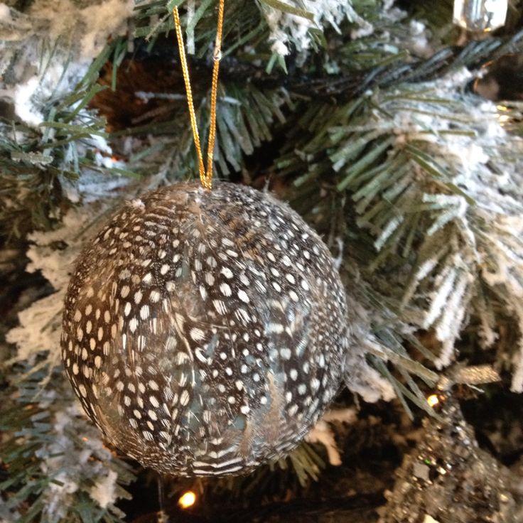 Karácsonyi gömb gyöngytyúk tollal
