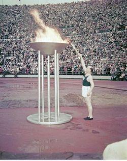 Finland under efterkrigstiden. Paavo Nurmi tänder Olympia-- elden 1952.