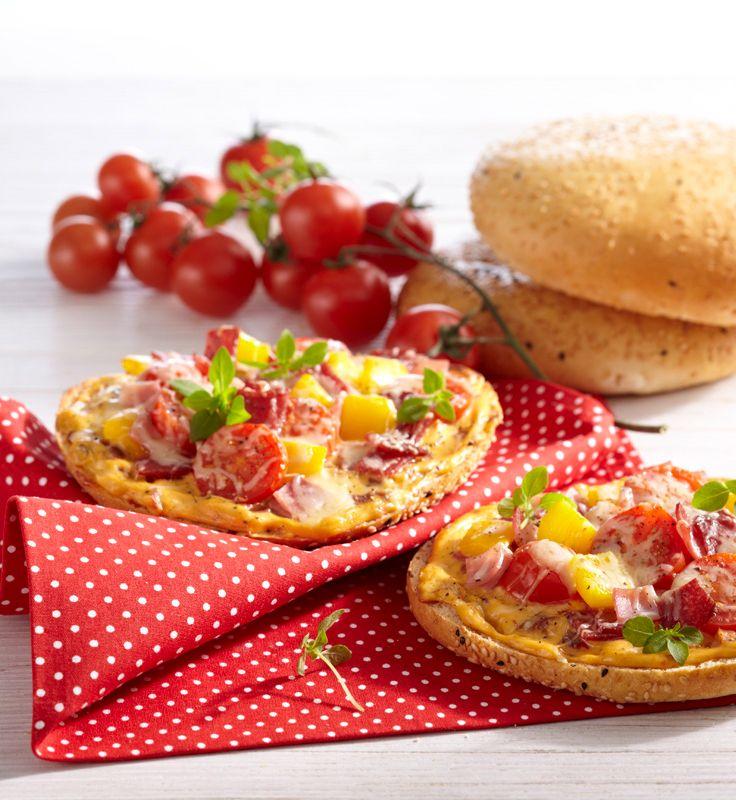 Mini-Fladenbrot-Pizza #hochland #käse #rezept #recipe #snack #cheese #pizza #ofenaustrich #fladenbrot #pita #tomaten