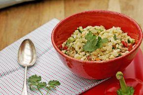 Bloemkool couscous in een goeie vervanging van de gewone couscous. Couscous is gemaakt van tarwemeel en bevat dus gluten. Wanneer je geen gluten meer wil eten of minder gluten wil eten, dan kan je dus mooi bloemkool gebruiken om de couscous mee te maken.  De rauwe bloemkoolroosjes gaan in de blender tot ze de textuur van