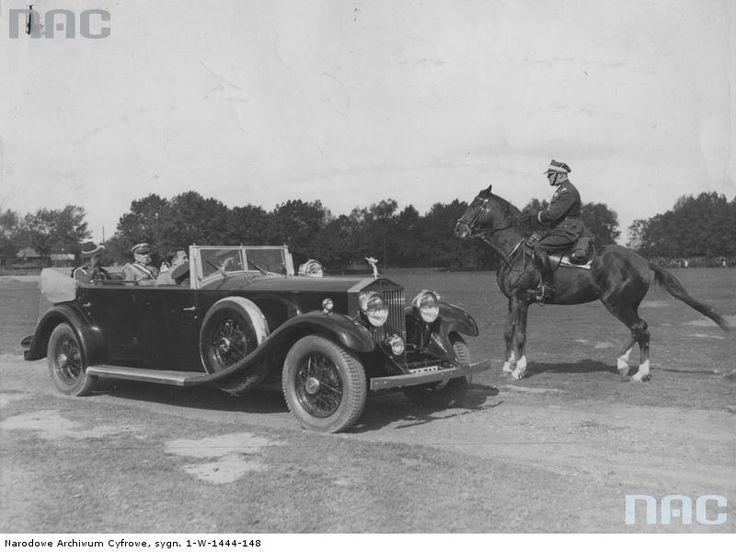 Marszałek Józef Piłsudski w samochodzie Rolls-Royce odbiera raport od gen. Gustawa Orlicza-Dreszera (na koniu) przed Świętem Kawalerii. W samochodzie obok marszałka siedzi płk Witold Wartha.