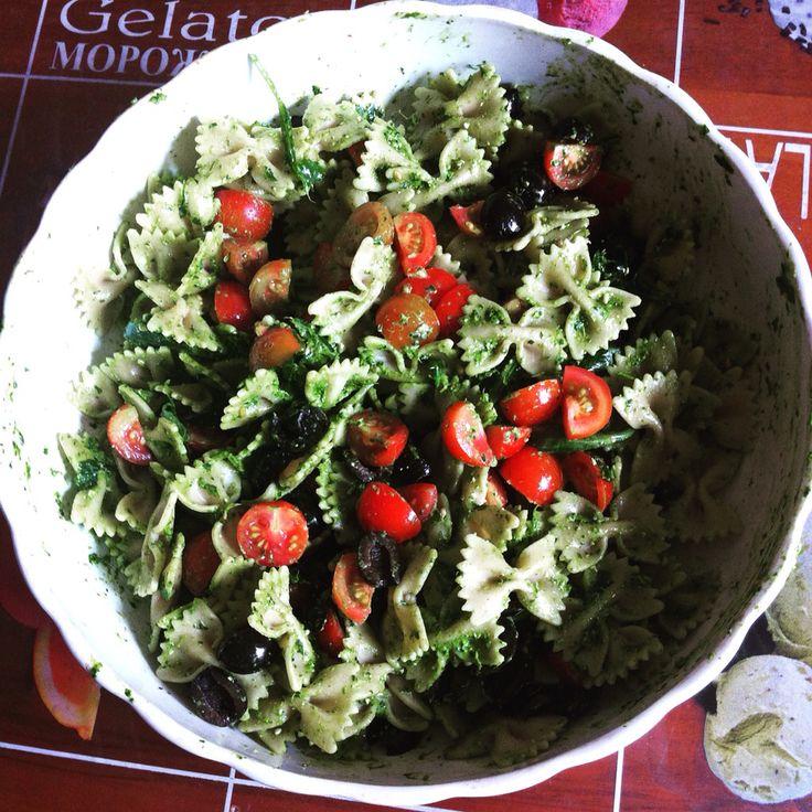 Pasta fredda al pesto di rucola con pomodorini e olive nere ✌️