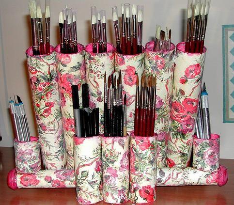 Porta pincéis abaixo foi feito com rolos de papel toalha e aplicação em tecido.