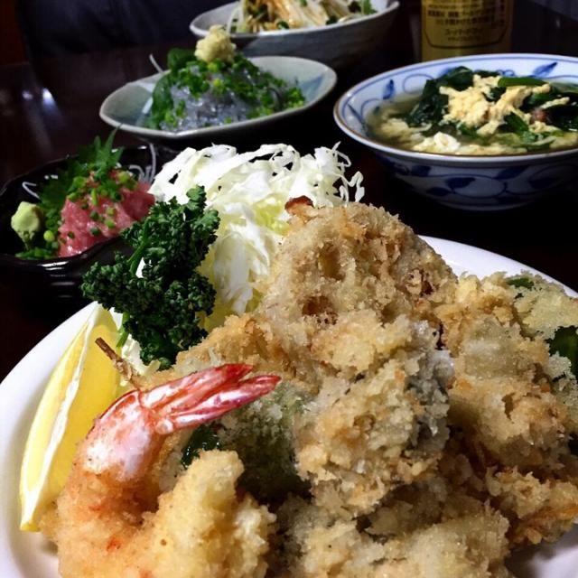 こんばんは  今日は朝から仕事や波乗りやらで大忙し  夕方に波乗りを終えた瞬間…  はっ  今日の晩ご飯を考えてなかったっ  かよちゃんに慌てて相談したら流石ですね  アドバイス頂いた今夜の晩ご飯は…  ・海老と牡蠣と蓮根とピーマンと玉ねぎのフライ盛合せ ・かよちゃんの激辛大根サラダ ・マグロのすき身 ・生しらす ・ほうれん草の卵スープ  完成しちゃいました  ではでは…  頂きまぁ〜す  かよちゃん、アドバイスどうもありがとうございました  食べ友宜しくデス✌️ - 52件のもぐもぐ - ✨うちの普通の晩ご飯✨ by Jun1Nakada