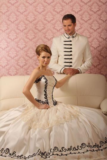 ekrü magyaros menyasszonyi ruha, fekete paszománnyal díszítve. Az atilla ugyanolyan ekrü színben, féloldalas kikötéssel