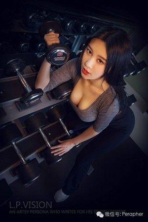 有「中國乳神」之稱的「北師大校花」樊玲,一組健身房私照近日曝光。(圖/取自網路)