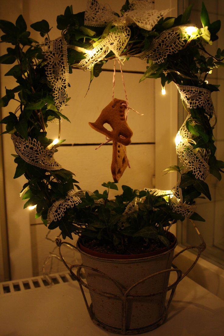 Piparkakku luistimet koristeeksi murattiin valojen ja pitsin kaverina