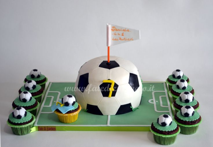 Sweet Table Pallone da Calcio: con Torta 3D interamente modellata a mano e cupcake decorati con piccoli palloni da calcio handmade
