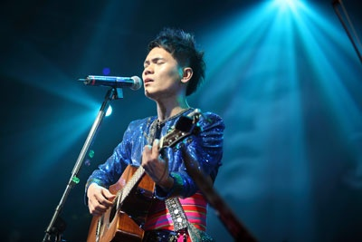 """Fresh Aboriginal talent - Suming Rupi (舒米恩) from Taiwan ethnic Pangcha (Amis-阿美族) who live in Taitung County. He exposed to tribal music and mix with contemporary interpretation. He is a member of the """"Lacienci""""  (拉千禧) age organization (a form of social organization that is characteristic of Pangcah[1]) of A'tolan.    http://www.youtube.com/watch?v=kX6RWEoaR3M"""