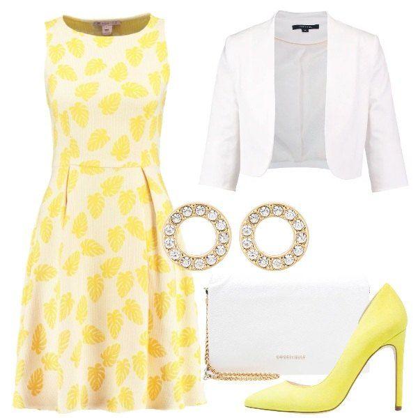 Se adorate il giallo, ho scelto per voi un vestitino sui toni del giallo abbinato ad un blazer bianco. Infine, per completare il look ho scelto un paio di tacchi, sempre di colore giallo.