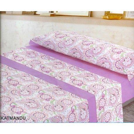Juego de sábanas Katmandu. Decídete por el diseño de mandalas del juego de sabanas Katmandu de Trovador  estampado colorido y divertido que podrás escoger entre dos colores morado y rosa. Incluye las tres piezas bajera ajustable para cama de 190/200 cm, encimera y funda de almohada. Máxima calidad en su confección 50% algodón 50% poliéster, cuentan con el certificado de control de sustancias nocivas.