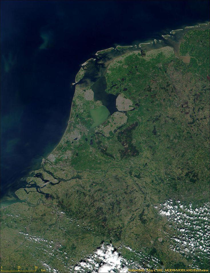 Imagem de satélite  Imagem de satélite do território dos Países Baixos e mapa ilustrando as regiões do país que estão abaixo do nível do mar.