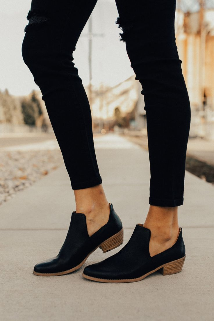 Stylish black ankle boots. So cute to wear with skinny jeans, perfect for fall!