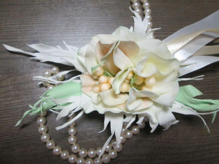 Браслет для подружки невесты Вальс с цветком из белого фоамирана с персиковой тонировкой оригинальной сердцевиной и креплением на атласных лентах