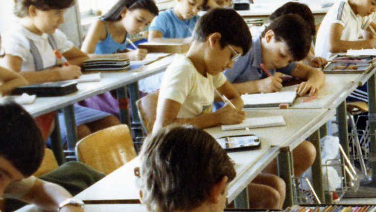 """Otras visiones de la escuela, España años 80. Comparaciones de las notas, las reglas de la escuela, las asignaturas, incluso los horarios. Dificil de entender. Solo para """"advanced levels"""" o Immersion"""