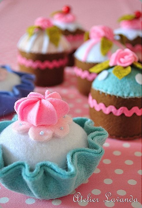 felt cupcakes wonderful for tea parties! This gets complicated . . . you can go to the site she mentions for a tutorial (use google translate) which you have to download after filling out your info. I may just wing it.