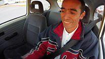 El mexicano que quiere acabar con la contaminación transformando a mano autos viejos en ecológicos