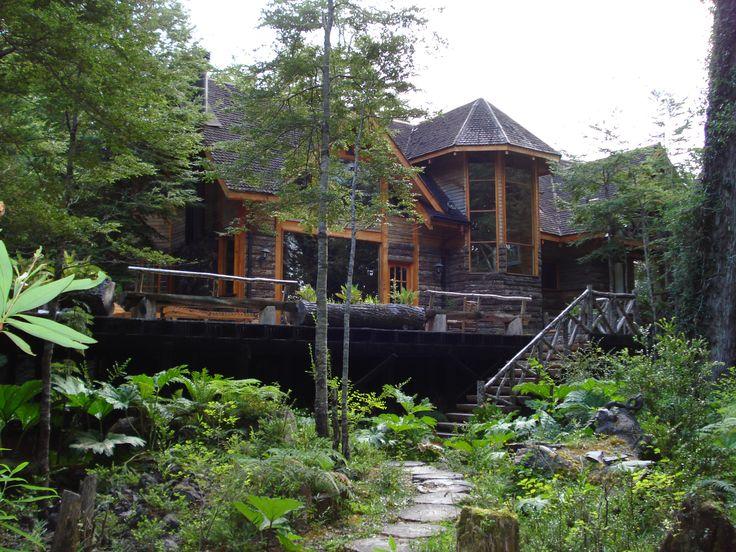 Casa habilitada para 14 personas, cuatro dormitorio dos en suites, tres baños, sala de pool, Spa con sauna y tinas calientes, terrazas, posón natural con deck, calefacción central, chimenea.