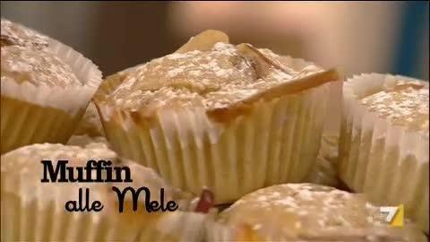 VIDEO LA7: Gli ingredienti: 1 mela rossa con la buccia, 1 uovo, 100 gr di zucchero, 80 ml di olio di semi, 150 ml di succo di mele, 240 gr di farina,