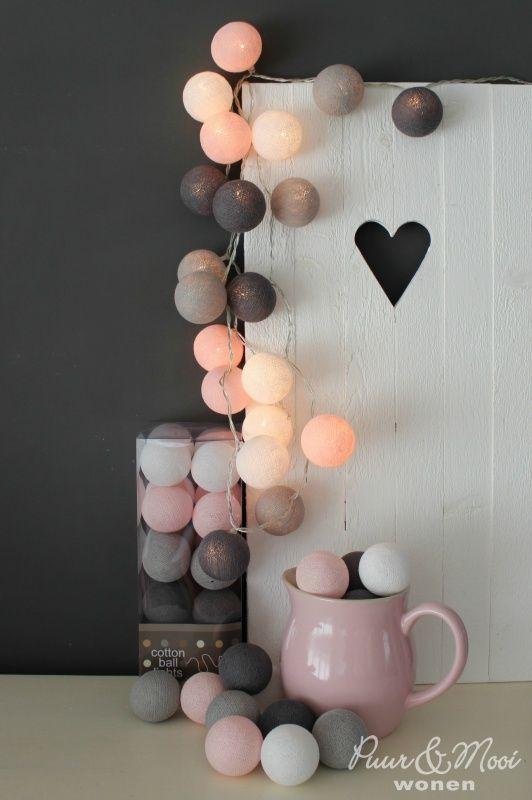 Deze kleursamenstelling alleen bij ons verkrijgbaar, deze kleurcombinatie hebben we zelf samen gesteld. ;Zo sfeervol deze Pastelroze Grijs met Witte Cotton Ball Lights slinger ;met 20 katoenen balletjes, voor een gezellige sfeer in een hoekje aan een kast, wandplank, leuke mand woon- of slaapkamer. Voor Anna's slaapkamer.