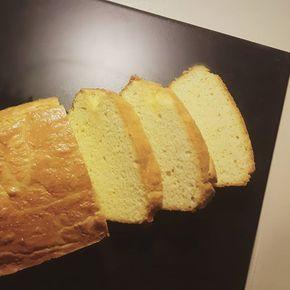 F R I D A Y  Voor wie nog bak-inspiratie zoekt; het recept voor deze heerlijke koolhydraatarme cake met amandelmeel van @steviala staat nu online op Flowcarbfood.nl (de directe link vind je in m'n profiel). Ik vind de cake zo al super lekker, maar je kunt bijvoorbeeld ook rood fruit, citroen, chocola of noten toevoegen  Fijn weekend! ❤ #koolhydraatarm #lowcarb #cake #weekendfood