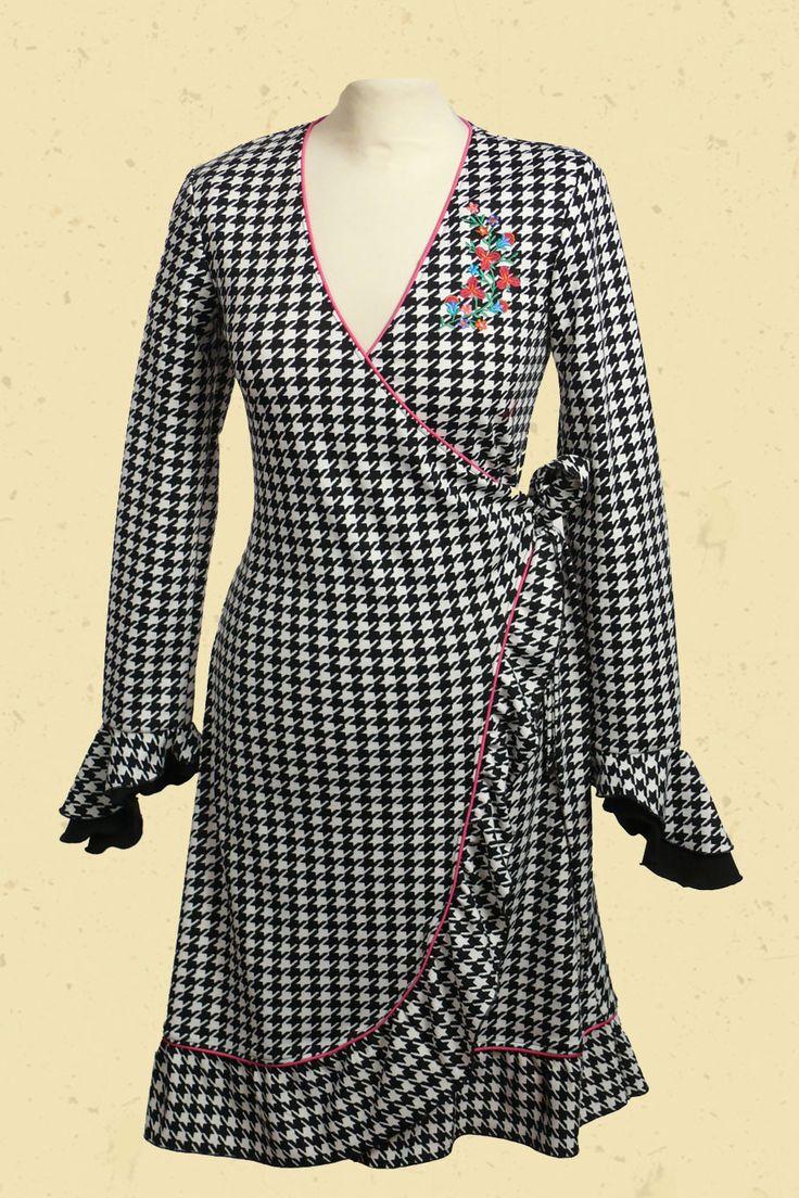 wrapdress Pied de Poulehttp://www.talulabelle.nl/dames-kleding/Wikkeljurken/wikkeljurk-wrapdress-black-white-pied-de-poule-embroidery-applicatie-neon-roze