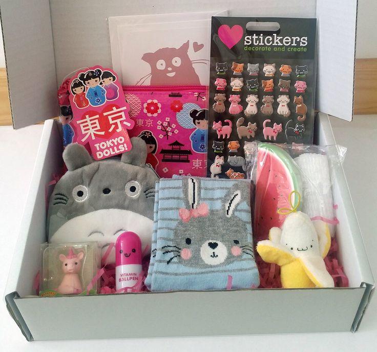 Boîte de kawaii - rempli de Kawaii stationnaire, autocollants, sacs à main kawaii, jouets en peluche et plus. Chaussettes de mon voisin Totoro & kawaii par loveMeowKawaii sur Etsy https://www.etsy.com/fr/listing/272946134/boite-de-kawaii-rempli-de-kawaii