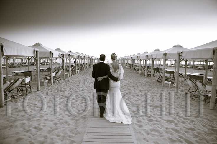 Forte dei Marmi, Lucca, the black and white from studio fotografico Righi, like a photo vintage, transmits the feeling of a beach wedding at sunset. www.studiofotograficorighi.it
