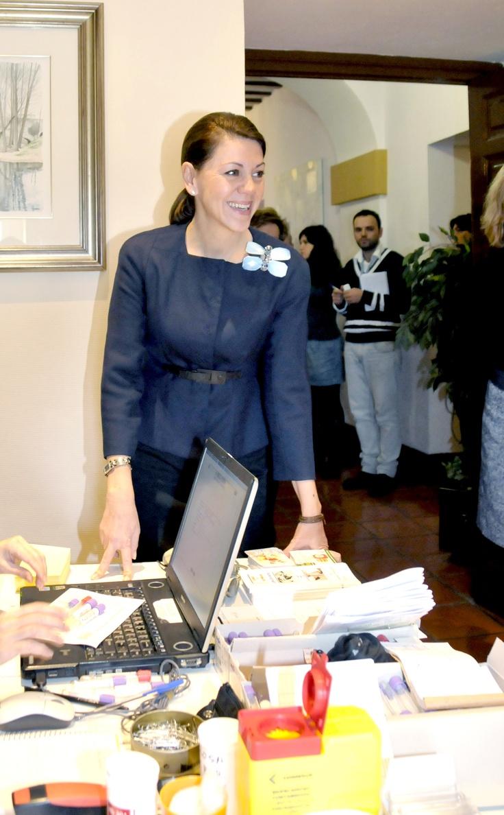Cospedal en su visita durante la campaña navideña de donación de sangre en las Cortes de CLM