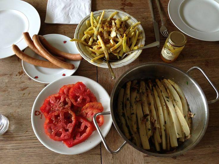"""Noche de espárragos blancos, salchichas y tomates """"corazón de buey"""" en Zurich."""