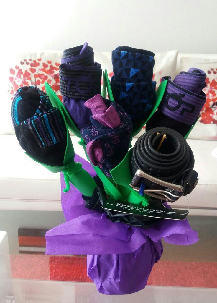 Arma un lindo adorno, asimilando un ramo de rosas. Sólo que este ramo será de elementos de varones como: correas, calcetines, boxer, etc puedes usar tu imaginación y agregar un sin fin de elementos.