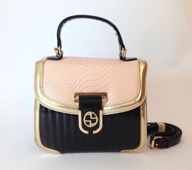 Cartera Audrey en quilt rosado y negro. Colgador largo y corto. $65.000