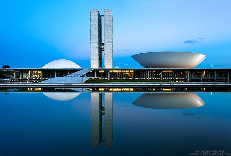 """Fotografias noturnas das obras de Oscar Niemeyer em Brasília são premiadas no International Photography Awards de 2013. """"Brasília de Niemeyer"""", a série de fotografias, captura a arquitetura surreal de Oscar Niemeyer, que moldou a capital brasileira por mais de 50 anos. O Congresso Nacional.  Fotografia: Andrew Prokos."""