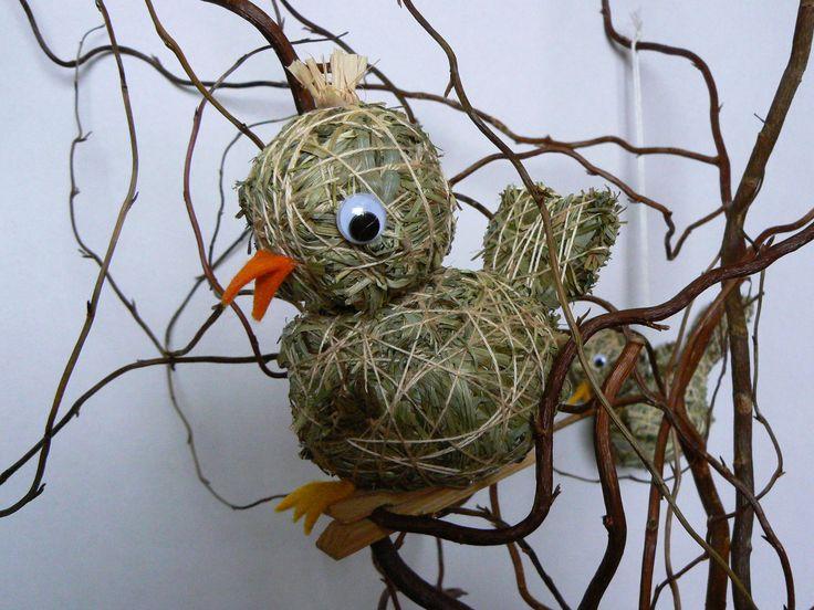 Kosák Malý ptáček ze sena na kolíčku,delka asi 10 cm. Součástí výrobku je visačka certifikátu.