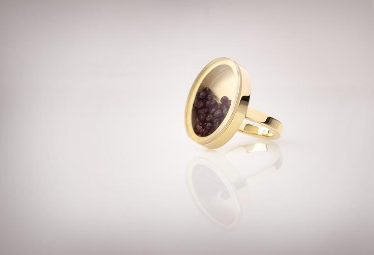 prsten - žluté zlato, krystaly českého granátu, safírové sklo